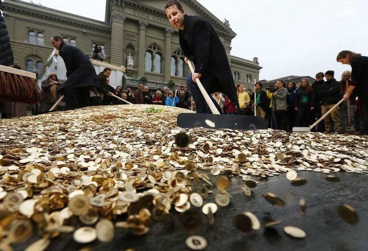 На площадь в Швейцарии привезли целый самосвал монет (2)