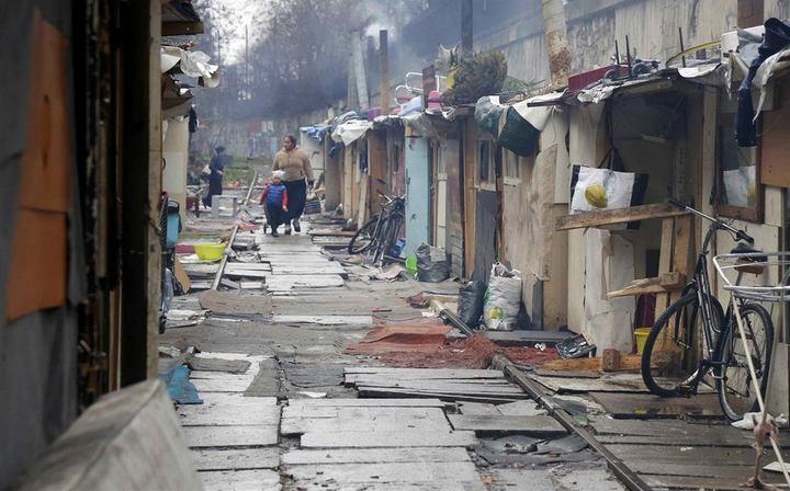 Полиция Парижа очищает пути железной дороги от цыганского лагеря (2)