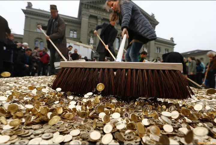 На площадь в Швейцарии привезли целый самосвал монет (3)