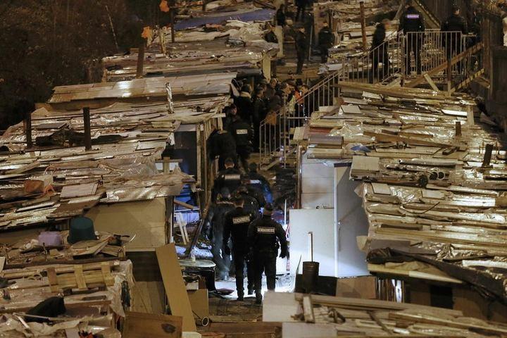 Полиция Парижа очищает пути железной дороги от цыганского лагеря (3)