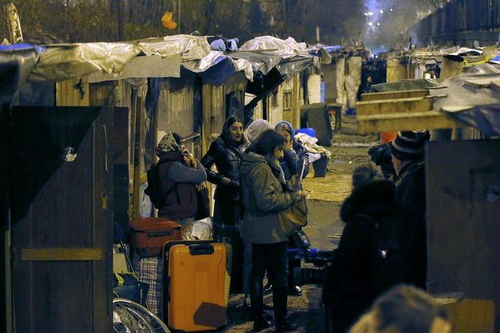 Полиция Парижа очищает пути железной дороги от цыганского лагеря (4)