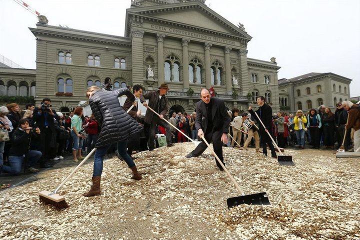 На площадь в Швейцарии привезли целый самосвал монет (4)