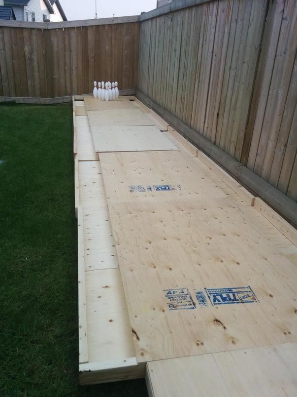 Чувак построил боулинг на заднем дворе (4)