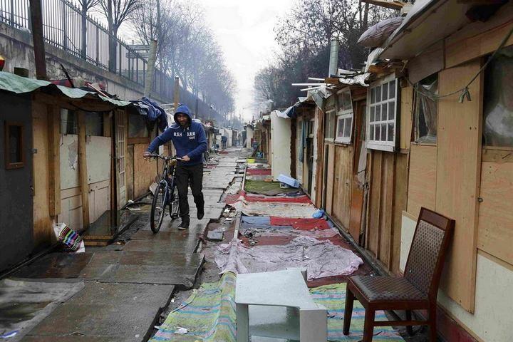 Полиция Парижа очищает пути железной дороги от цыганского лагеря (5)