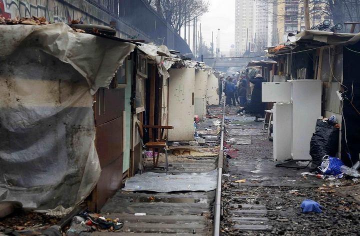 Полиция Парижа очищает пути железной дороги от цыганского лагеря (6)