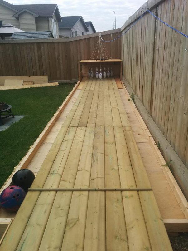 Чувак построил боулинг на заднем дворе (6)