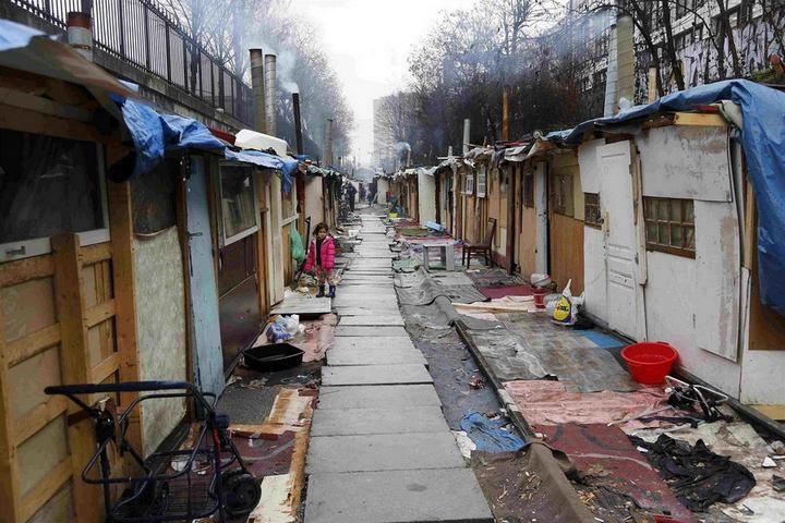 Полиция Парижа очищает пути железной дороги от цыганского лагеря (8)
