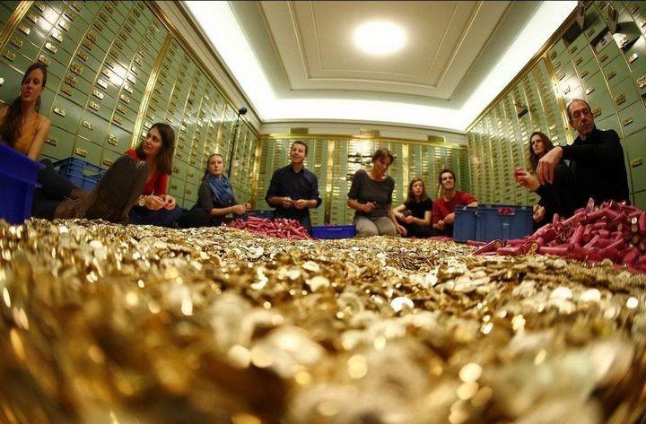 На площадь в Швейцарии привезли целый самосвал монет (8)