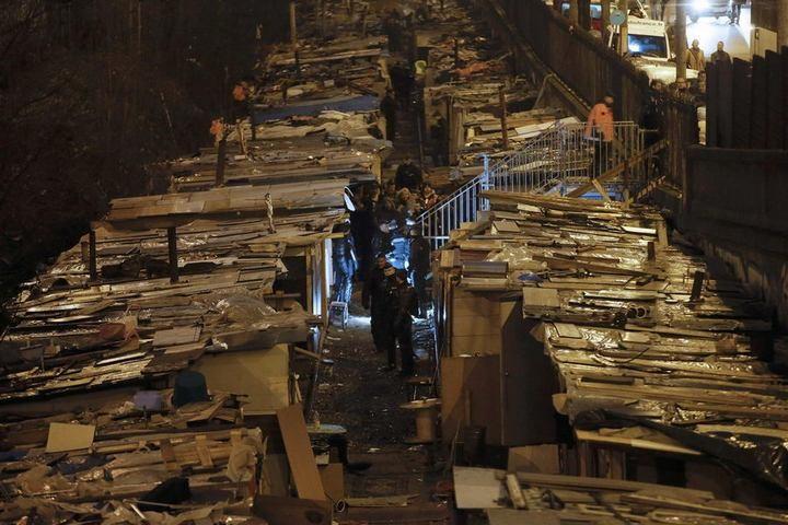 Полиция Парижа очищает пути железной дороги от цыганского лагеря (9)