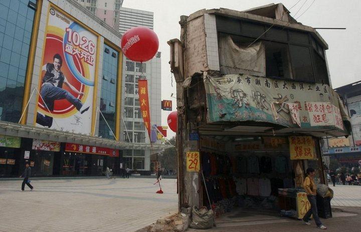 Дома в Китае, ставшие на пути строителей (1)