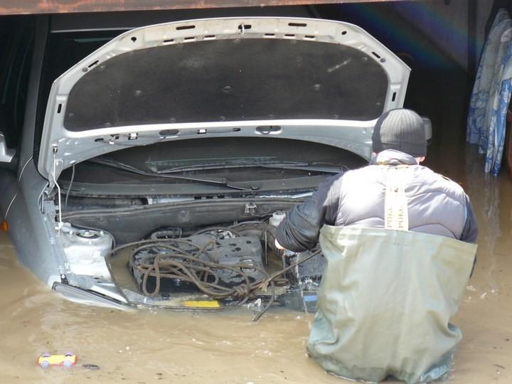 Как спасали автомобили из затопленных гаражей (2)