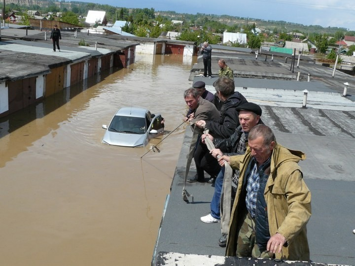 Как спасали автомобили из затопленных гаражей (4)