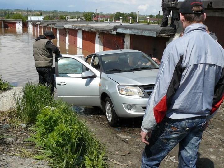 Как спасали автомобили из затопленных гаражей (5)