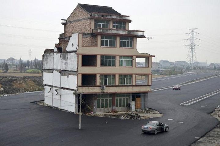 Дома в Китае, ставшие на пути строителей (6)
