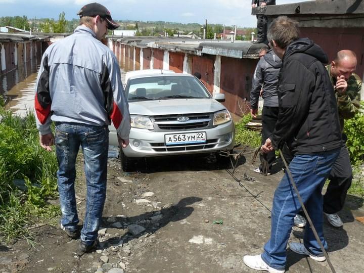Как спасали автомобили из затопленных гаражей (6)