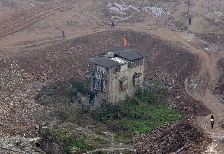 Дома в Китае, ставшие на пути строителей (9)