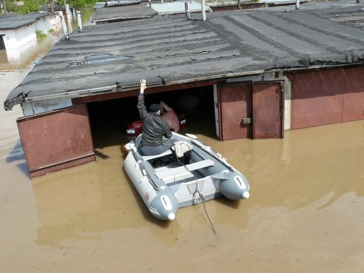 Как спасали автомобили из затопленных гаражей (9)