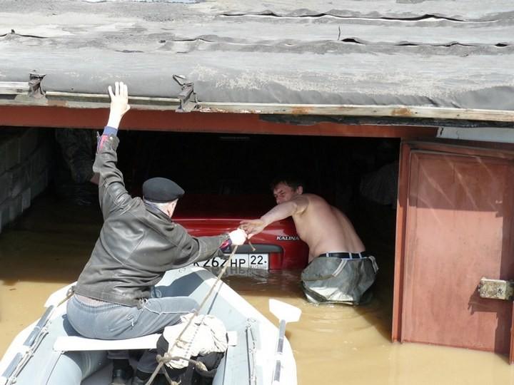 Как спасали автомобили из затопленных гаражей (10)