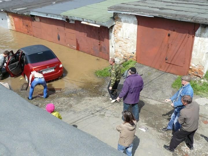 Как спасали автомобили из затопленных гаражей (12)