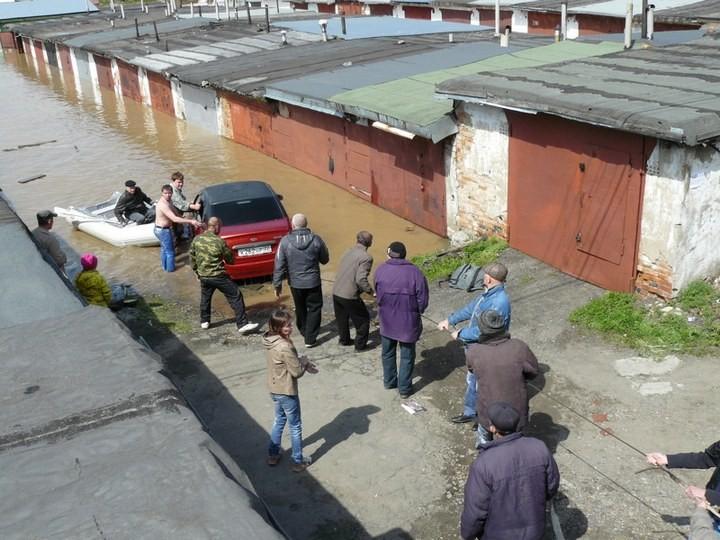 Как спасали автомобили из затопленных гаражей (13)