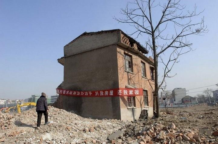 Дома в Китае, ставшие на пути строителей (13)