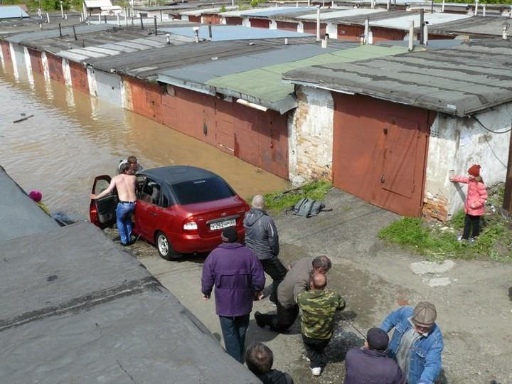 Как спасали автомобили из затопленных гаражей (14)