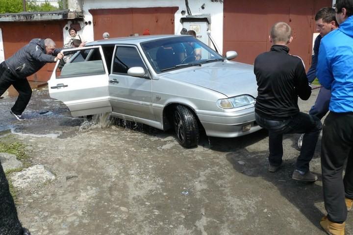 Как спасали автомобили из затопленных гаражей (15)