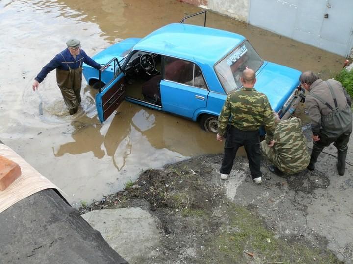 Как спасали автомобили из затопленных гаражей (18)