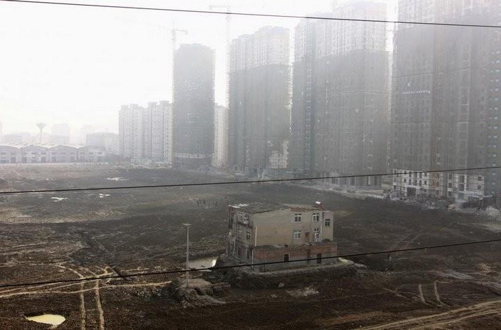 Дома в Китае, ставшие на пути строителей (18)