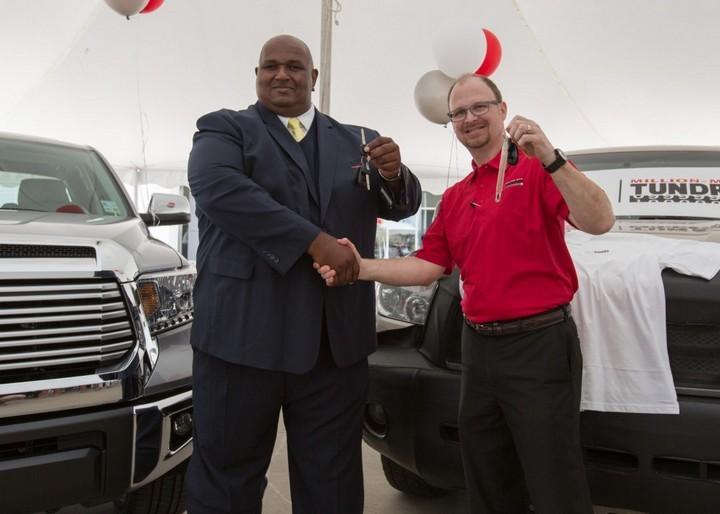 Американец проехал миллион миль на Toyota и получил за это новый автомобиль (4)