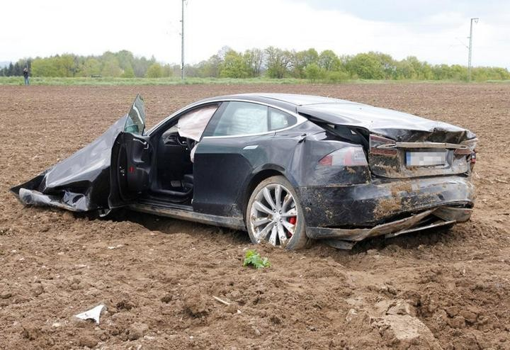 Tesla Model S после сильного ДТП (7)