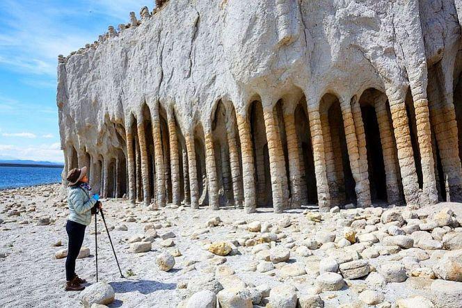 Таинственные каменные колонны озера Кроули в Калифорнии, США (1)