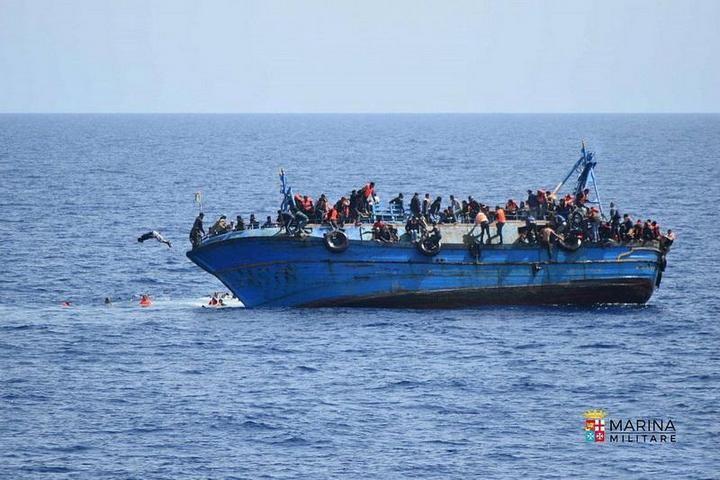 ВМС Италии сняли момент опрокидывания лодки с мигрантами (1)