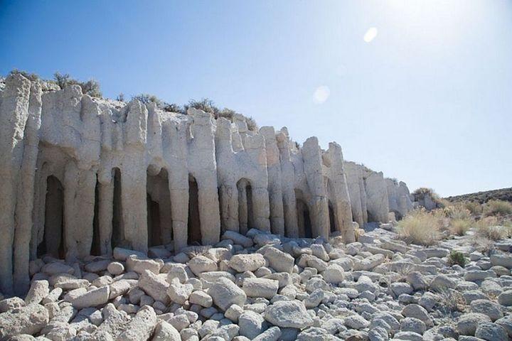 Таинственные каменные колонны озера Кроули в Калифорнии, США (6)