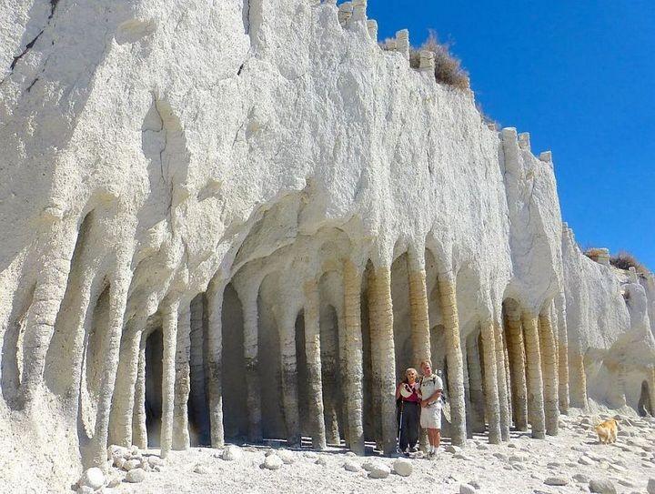 Таинственные каменные колонны озера Кроули в Калифорнии, США (7)