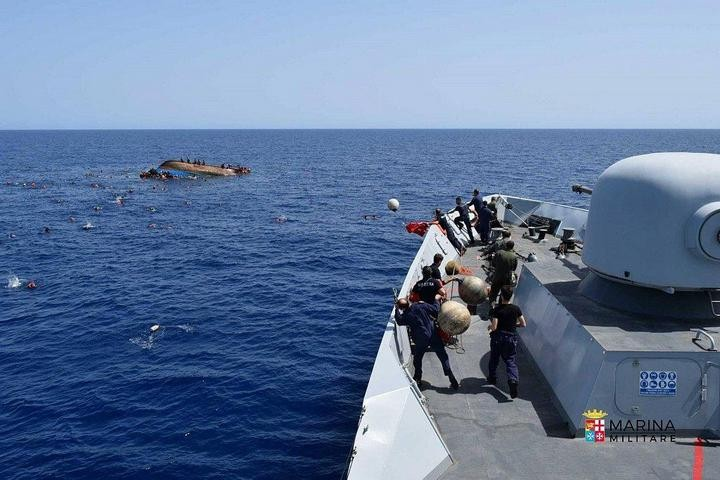 ВМС Италии сняли момент опрокидывания лодки с мигрантами (7)