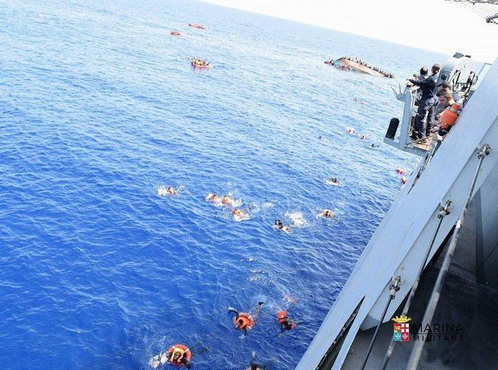 ВМС Италии сняли момент опрокидывания лодки с мигрантами (8)