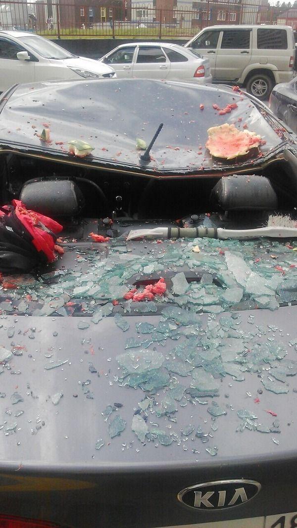На крышу авто прилетел арбуз (4)
