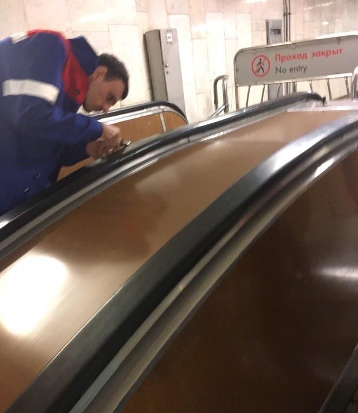 Неизвестные вставляют иглы в поручни московского метрополитена