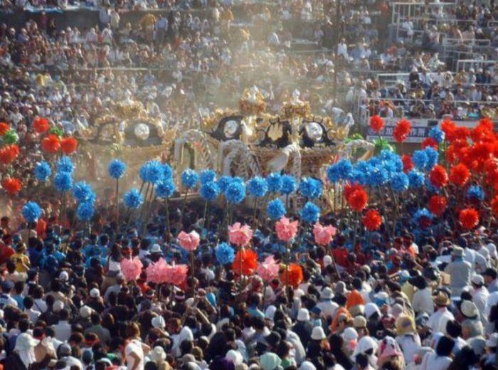 Как выглядят плечи носителей святынь японского фестиваля (2)