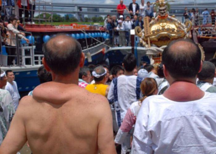 Как выглядят плечи носителей святынь японского фестиваля (3)