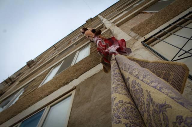 В Казахстане вор сбежал из квартиры с помощью верёвки из ковров (3)