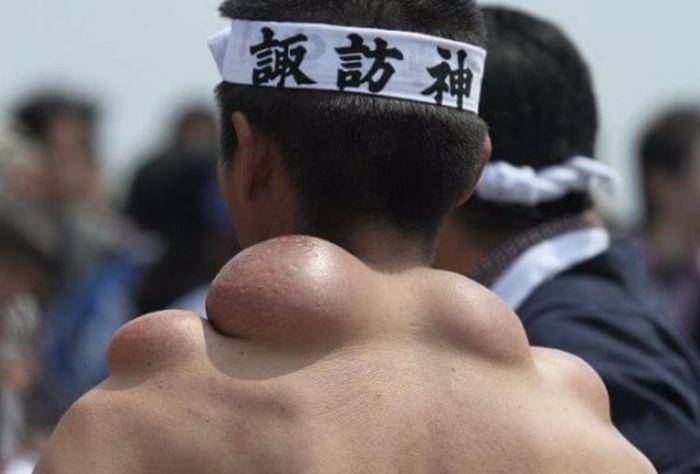Как выглядят плечи носителей святынь японского фестиваля (4)