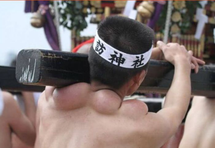 Как выглядят плечи носителей святынь японского фестиваля (5)