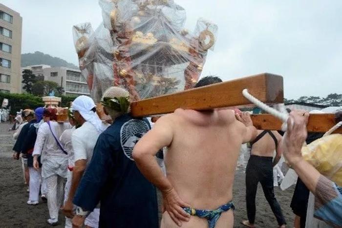 Как выглядят плечи носителей святынь японского фестиваля (6)