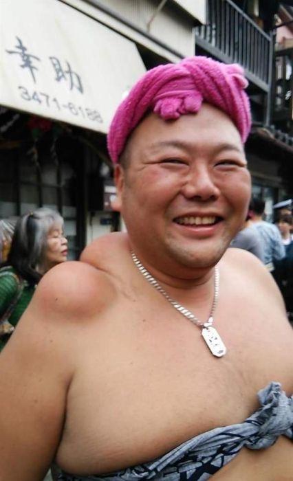 Как выглядят плечи носителей святынь японского фестиваля (7)