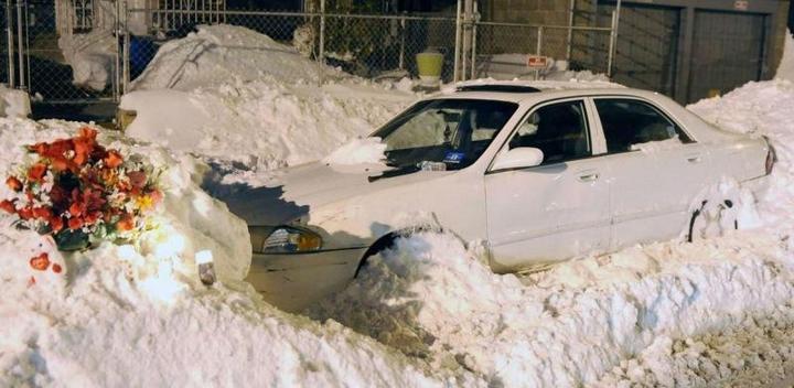 Пока отец убирал снег, его жена и двое детей задохнулись в машине (1)