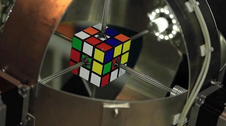 Поставлен новый рекорд скорости сборки кубика Рубика роботом