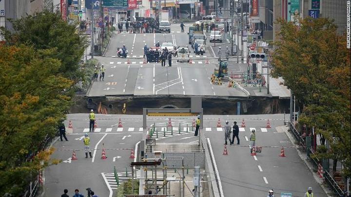 В Японии под землю провалился 30-метровый участок дороги (1)