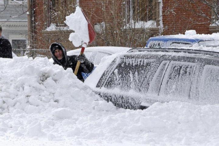 Пока отец убирал снег, его жена и двое детей задохнулись в машине (2)